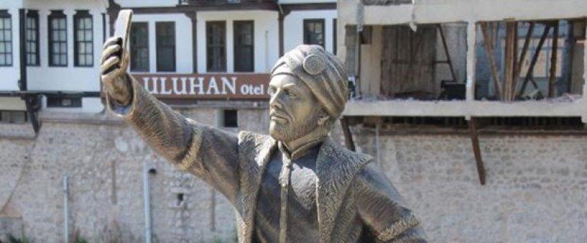 Selfie çeken şehzade heykeli