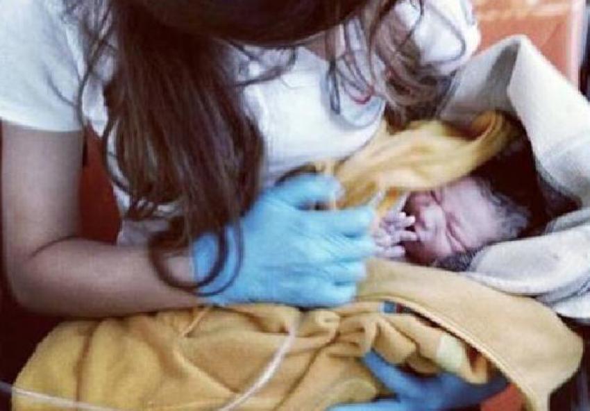 Hastaneye yetişemedi, otomobilde doğdu!