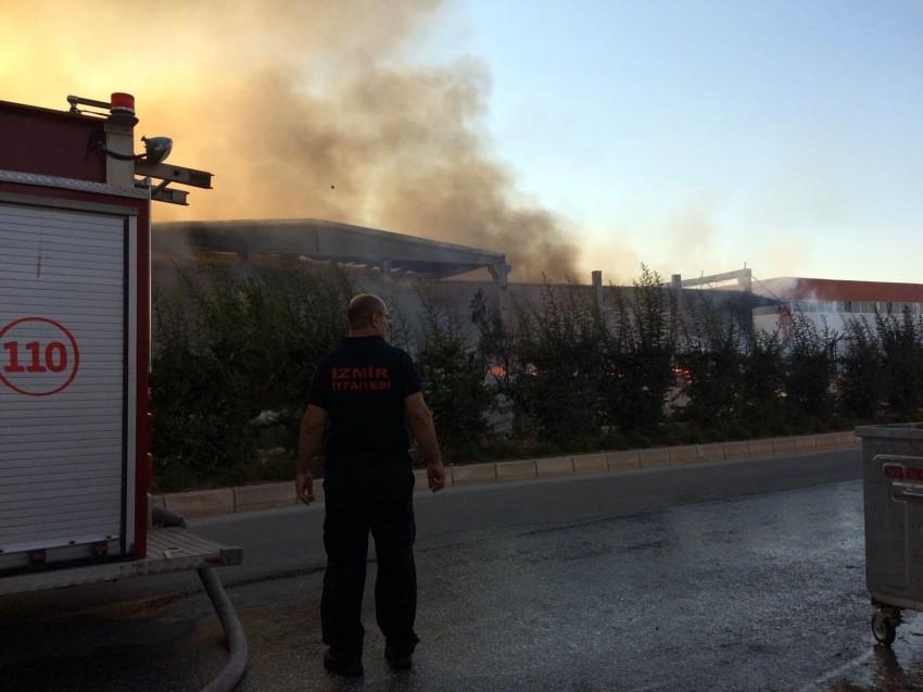 İzmir'deki fabrikada büyük yangın