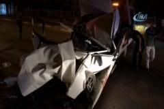 Aşırı hız yaptı, çarptığı duvarda araç paramparça oldu, 2 kişi yaralandı