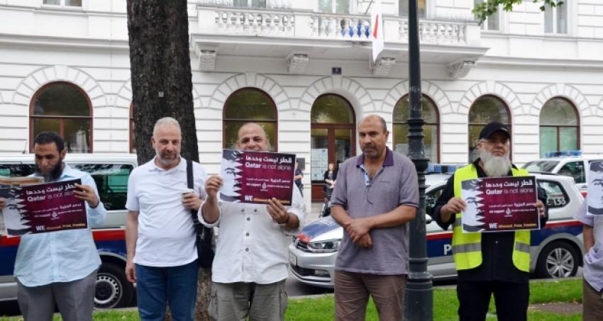 Avusturya'da Katar'a destek gösterisi