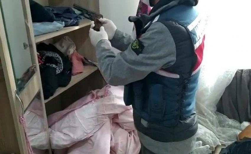 Bursa'da silah kaçakçısının evine şok baskın