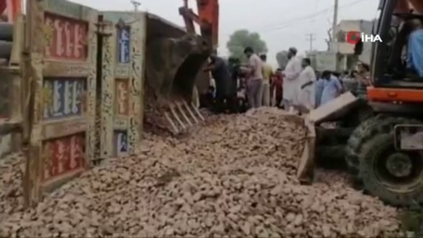 Pakistan'da feci kaza: 7'si çocuk 8 ölü