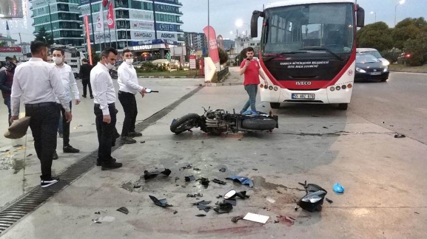 Samsun'da halk otobüsü ile çarpışan motosikletteki gençler ağır yaralandı