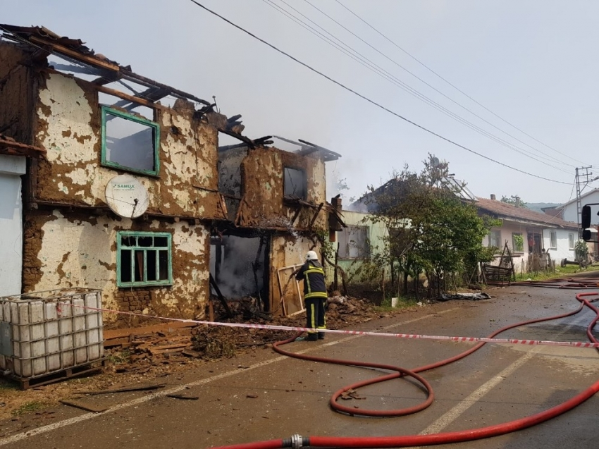 İnegöl'de yangın: 2 ev küle döndü