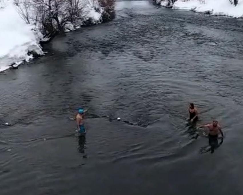 3 arkadaş buz gibi Munzur Çayında yüzdü