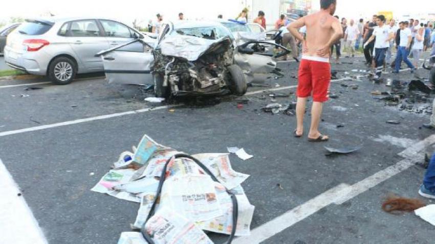 Otomobil orta refüjü aşıp, karşı şeride geçti: 3 ölü, 9 yaralı