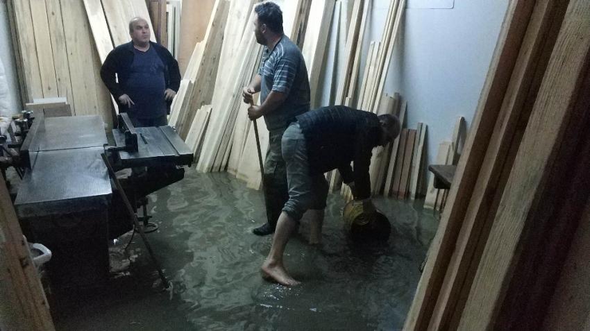 10 dakika yağdı iş yerleri sular altında kaldı