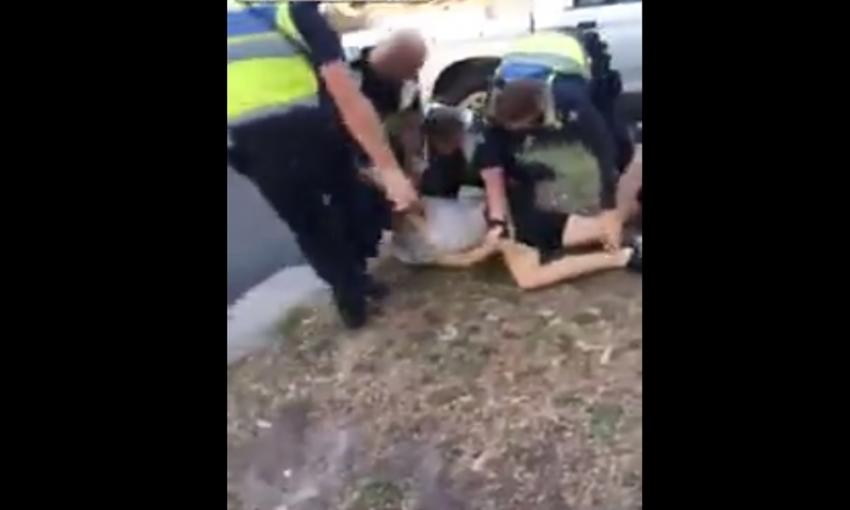 Polis yerdeki zanlıya tekme attı