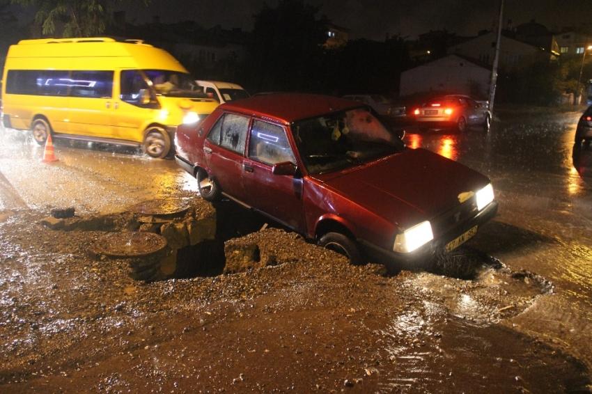 Yol çöktü, sürücü çukura düştü