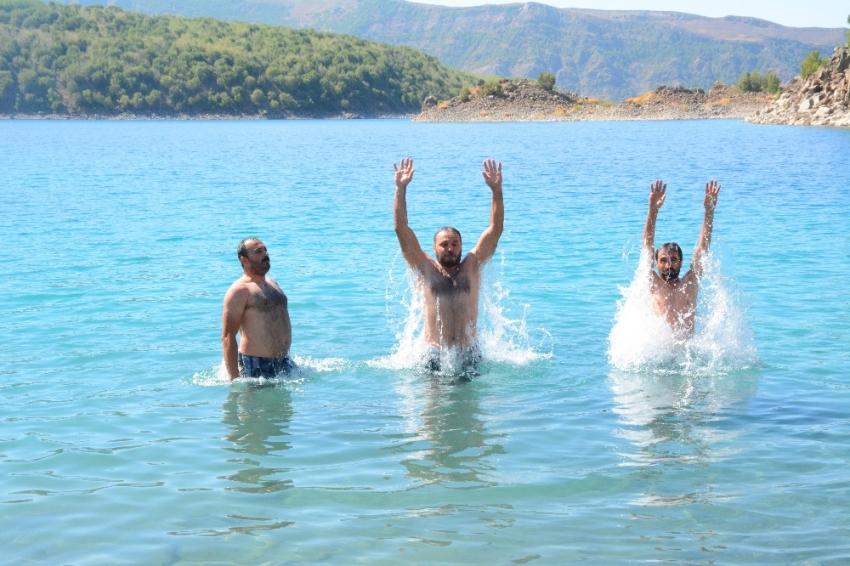 Dünyanın ikinci büyük krater gölünde serinliyorlar