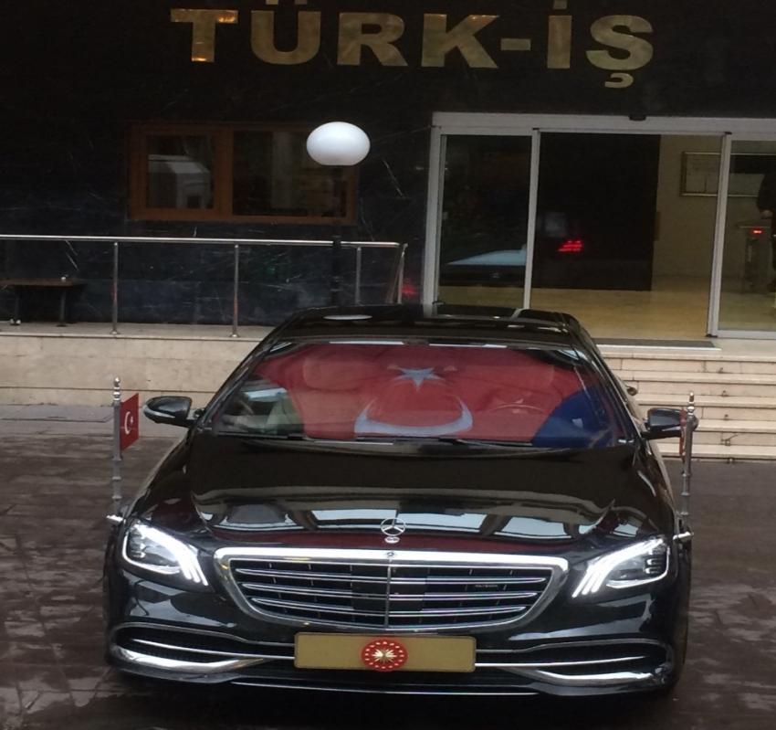 Cumhurbaşkanı Erdoğan'ın makam aracına Türk bayrağı yansıdı