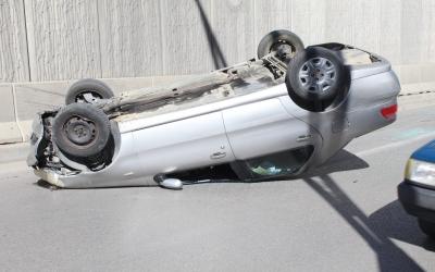 Otomobil alt geçide girdiği esnada takla attı, sürücü yaralandı