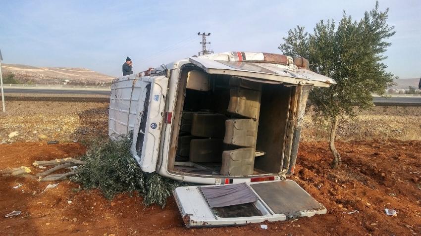 Zeytin işçilerini taşıyan minibüs takla attı: 15 yaralı