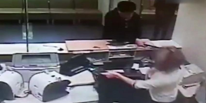Emekli maaşını çekemeyince bankayı birbirine kattı