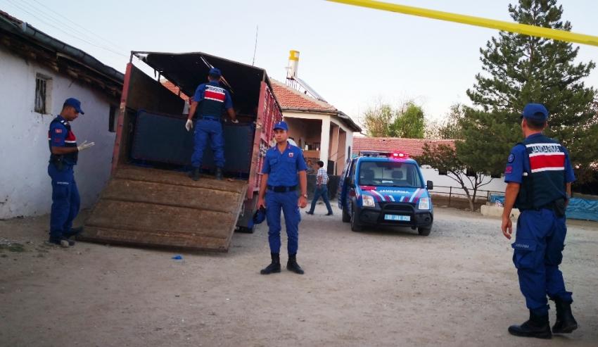 Babasını öldürüp kamyonetin kasasına sakladı