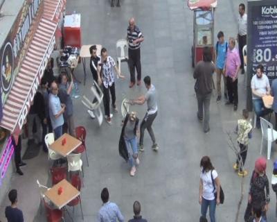 Sokak ortasında sandalyeler havada uçuştu