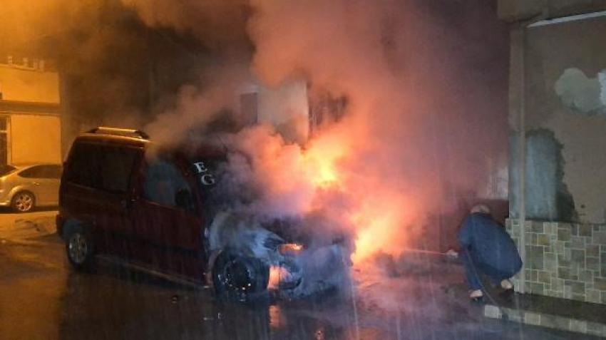 Bursa'da park halindeki araç birden yandı