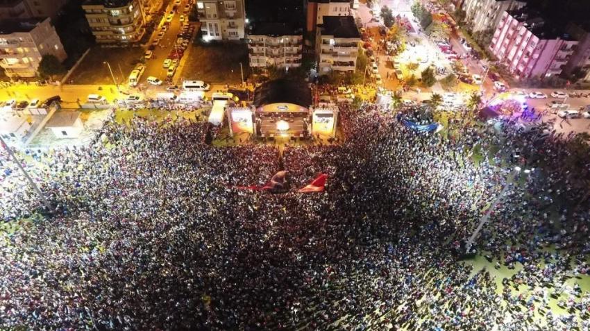 İzmir'de Yıldız Tilbe izdihamı