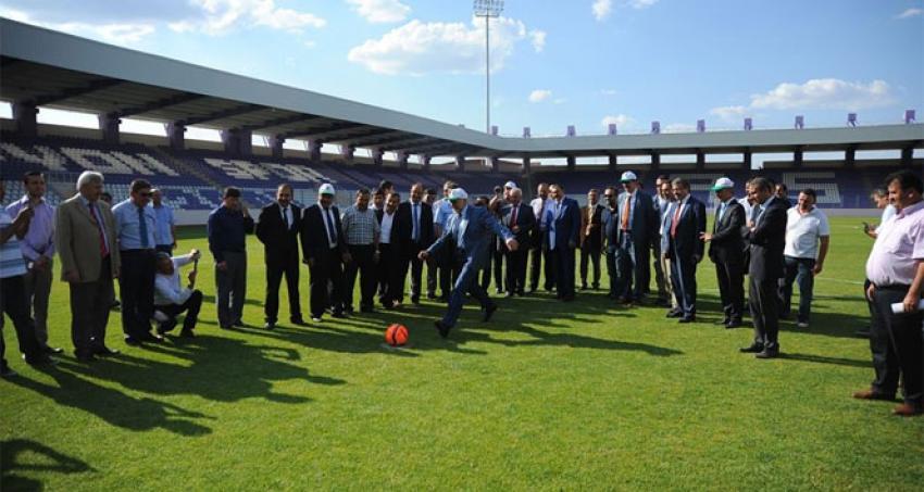 Bakan Eroğlu'ndan futbol şov