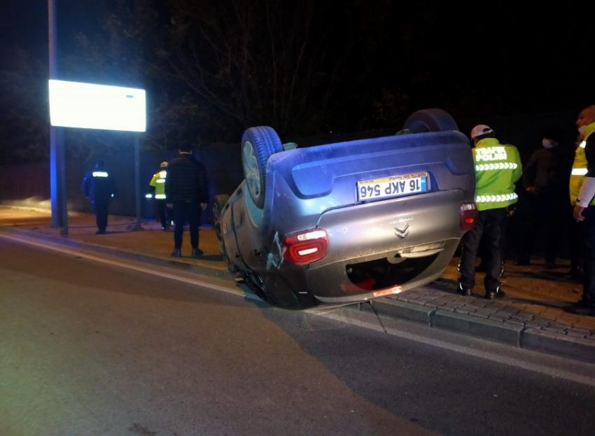 Bursa'da paket servisine çıkan otomobil kaza yaptı