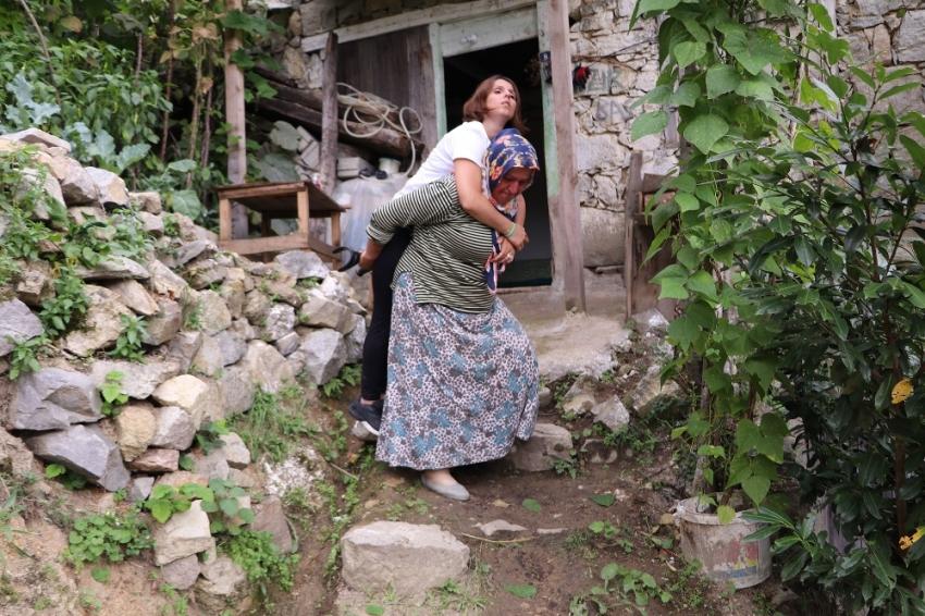 600 metrelik yolu annesinin sırtında gidiyor