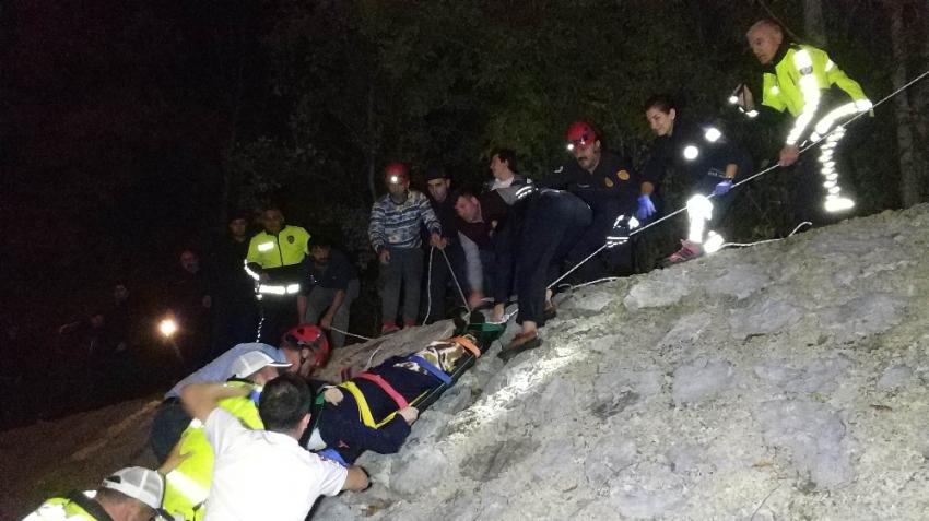 Samsun'da sürücüsü rahatsızlanan kamyonet uçurumdan yuvarlandı: 2 yaralı