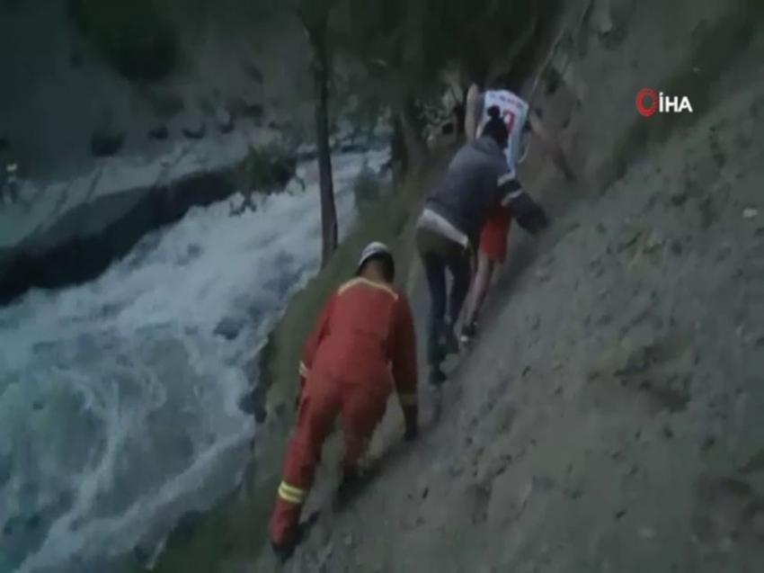 Taşan nehirde mahsur kalan 38 turist kurtarıldı