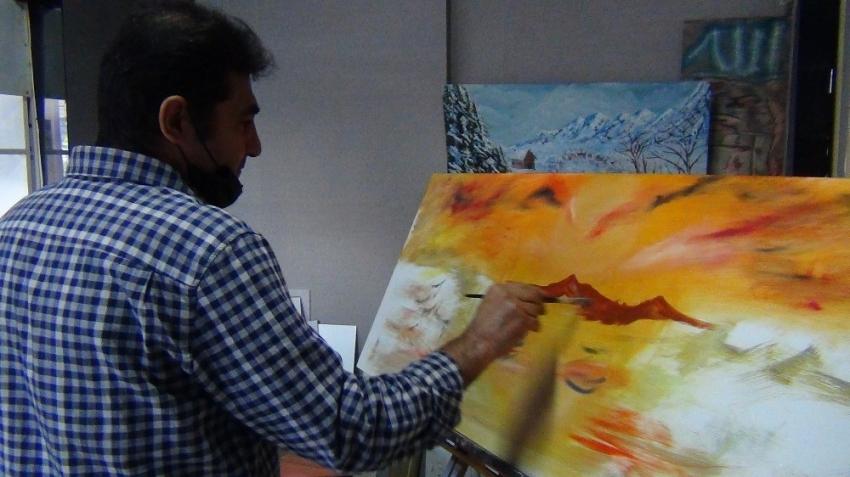 Bursa'da ilkokul mezunu yaptığı resimlerle göz kamaştırıyor