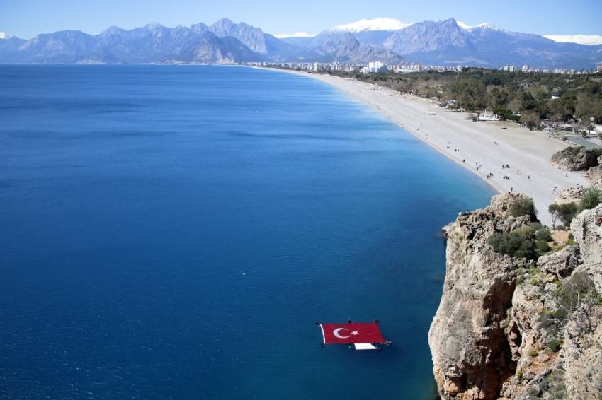 Şehitler için denizde dev Türk bayrağı açtılar