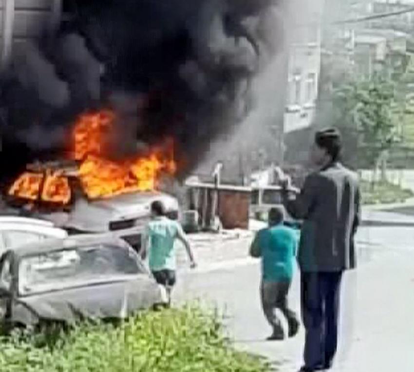 Arnavutköy'de park halindeki araç alev alev yandı