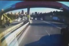 Beton mikseri köprüden böyle düştü