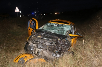 Ticari taksi ile kamyon çarpıştı: 2 ölü, 3 yaralı