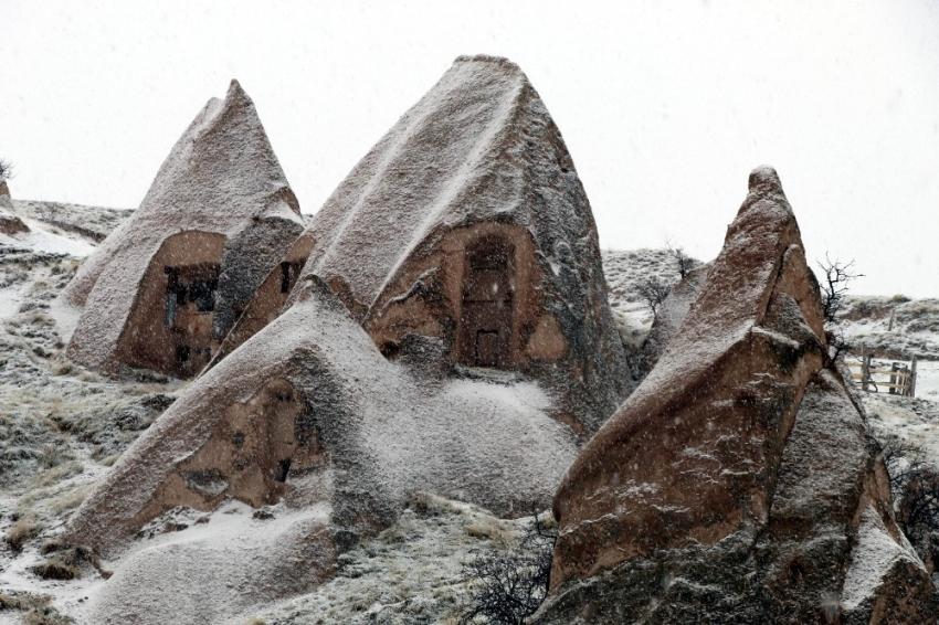 Mart karı peribacalarını beyaza bürüdü