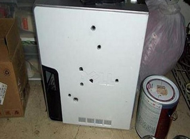 Kızgın kullanıcı bilgisayarını kurşunladı