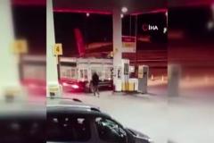 Boğa kamyon kasasından böyle atladı