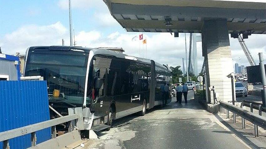 Metrobüs bariyerlere çarptı : 2 yaralı