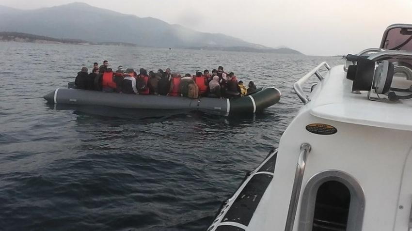 Lastik botta 60 kaçak göçmen yakalandı