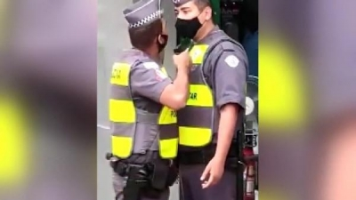 Polis polise silah çekti