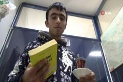 Bu kıraathanede bir saat kitap okuyana bütün gün çay ve kahve bedava