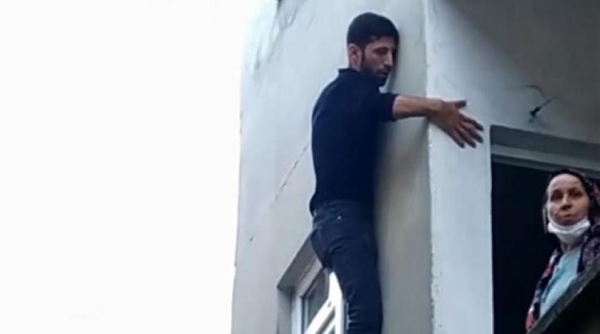 Pencerede mahsur kalan hırsız, bina sakinlerine yalvardı