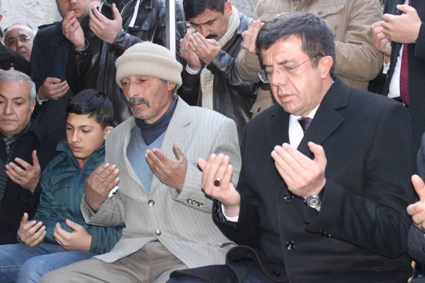 Bakan Zeybekçi şehit ailesini ziyaret etti