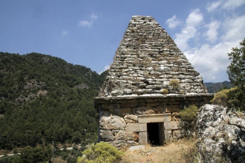 Tek piramit mezarını da defineciler yıkıyor