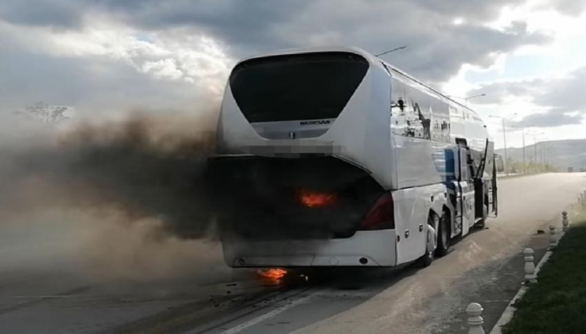 Seyir halindeki yolcu otobüsünde yangın çıktı