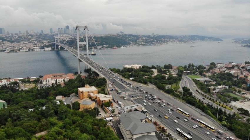 Köprüde yaşanan hareketli dakikalar sebebiyle oluşan trafik havadan görüntülendi