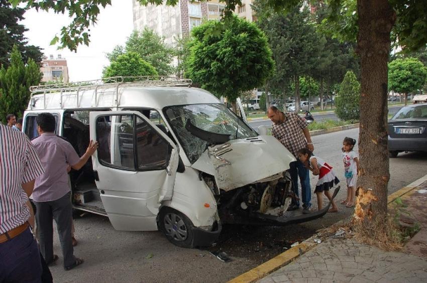 Minibüs ağaca çarptı: 3 yaralı