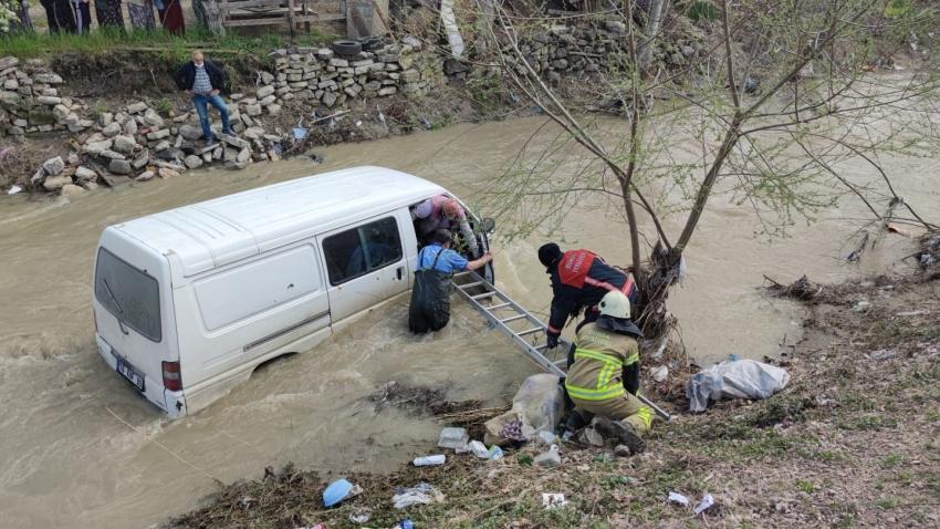 Bursa'da dereye uçan araç