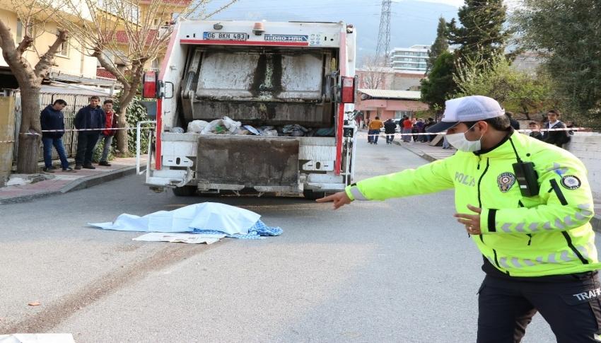 Çöp kamyonun altında kalan yaşlı adam hayatını kaybetti