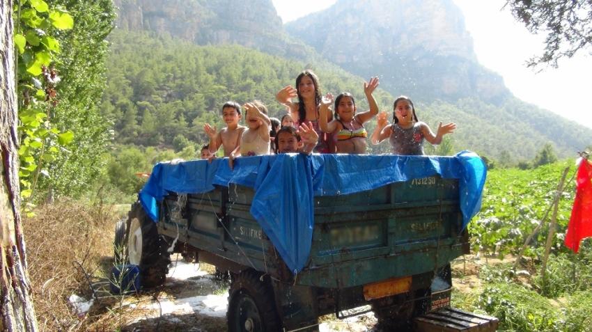 Köy çocuklarının 'traktör havuzu'