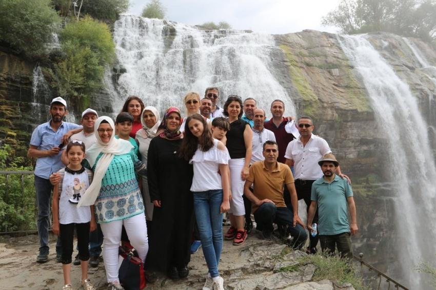 Tortum Şelalesi turistlerle doldu taştı